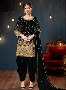 Trendy Salwar Kameez For Ceremonial