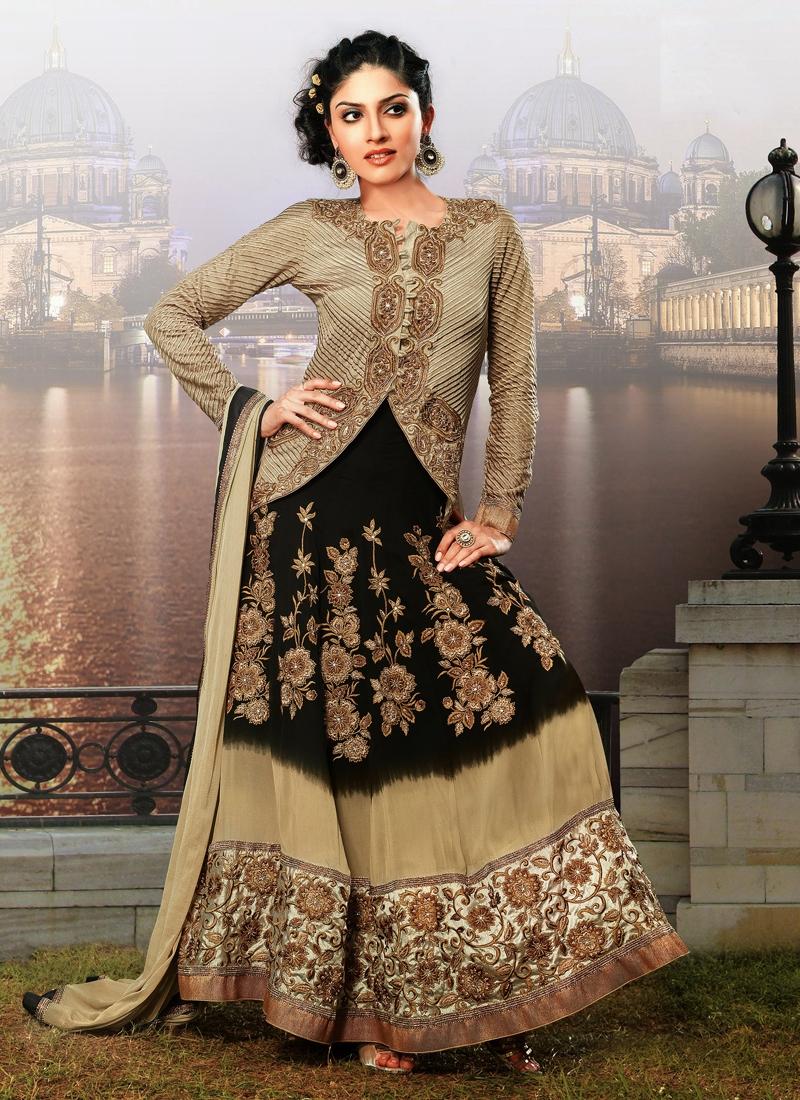 Mesmerizing Floral Enhanced Designer Salwar Suit
